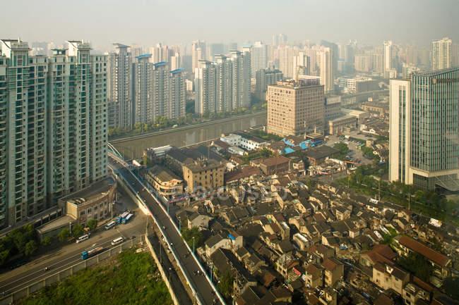 Vista elevada de la ciudad, Shanghai, China - foto de stock