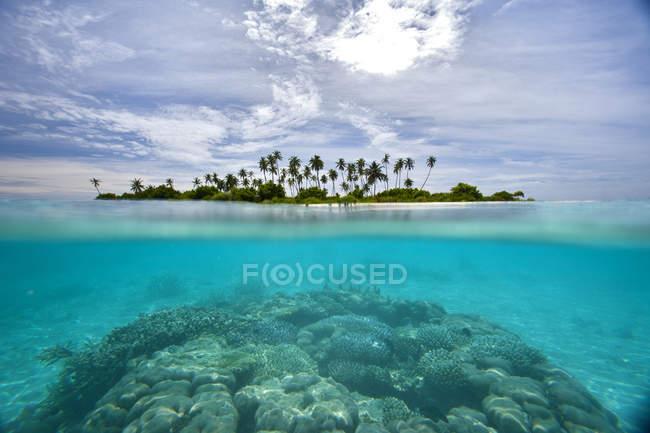 Мальовничий вид на острів на сонячний день, Мальдіви — стокове фото