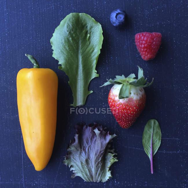 Фрукти, овочі і салат з листя, стильний склад продуктів харчування — стокове фото