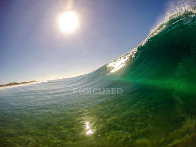 Живописный вид на красивую голубую волну — стоковое фото