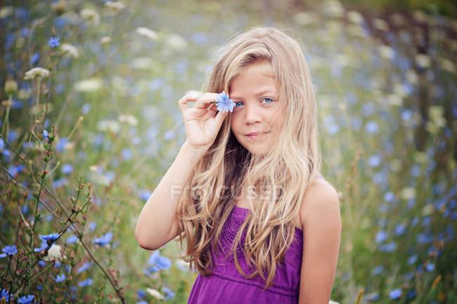 Портрет блондинка девушка, стоя в поле цикорий — стоковое фото