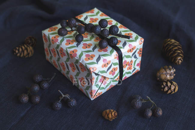 Closeup exibição caixa de presente na têxtil preto — Fotografia de Stock