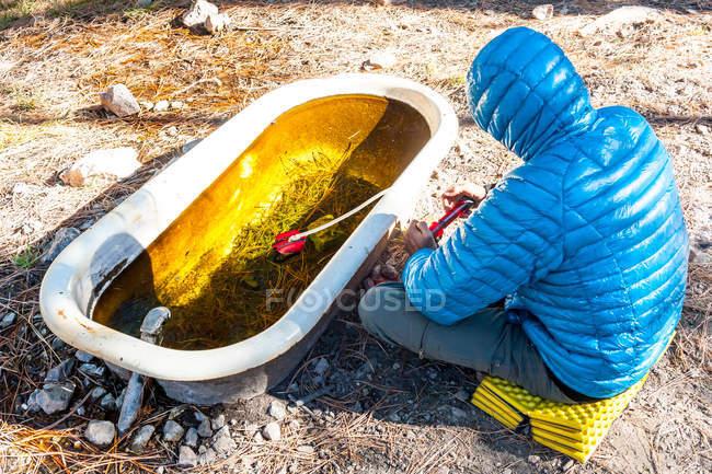 Close-up de caminhante macho água filtrante — Fotografia de Stock