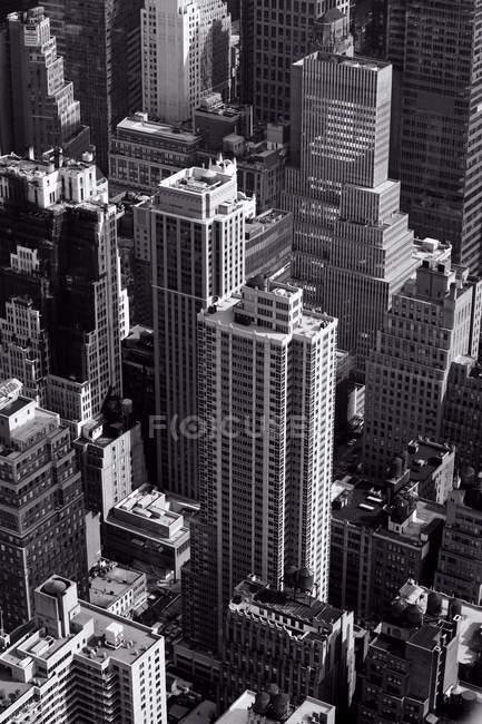 Vista aérea de rascacielos en la ciudad de Nueva York, Estados Unidos, Estado de Nueva York, imagen en blanco y negro - foto de stock