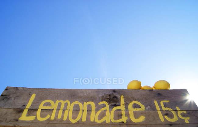 Vue à angle bas du panneau de support de limonade sous le ciel bleu — Photo de stock