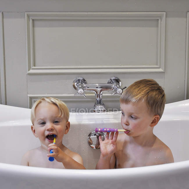 Two cute little brothers in bathroom cleaning teeth together — Stock Photo