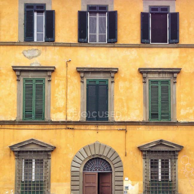 Scenic view of Yellow house, Pisa, Tuscany, Italy — Stock Photo