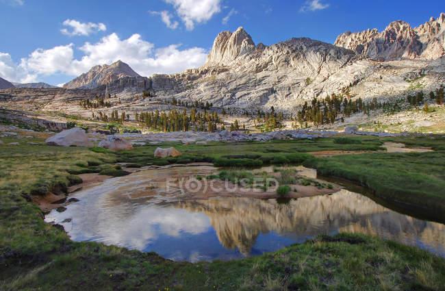 Мальовничий вид на роздуми митри басейну, Національний парк Секвойя Юм, Каліфорнія, США — стокове фото