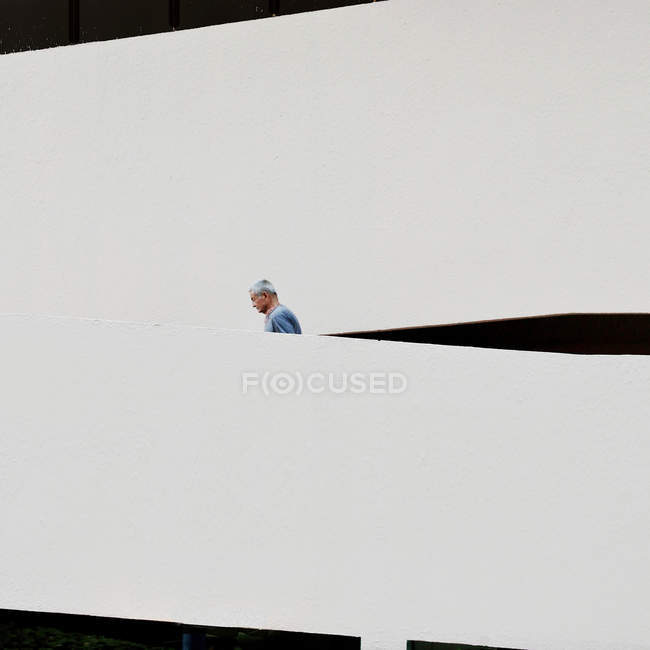 Seitenansicht eines Mannes, der Treppen hinaufgeht — Stockfoto