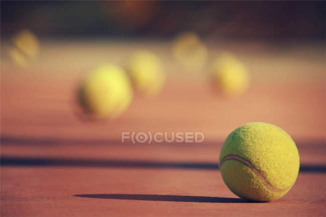 Vista cercana de pelotas de tenis en cancha, fondo borroso - foto de stock