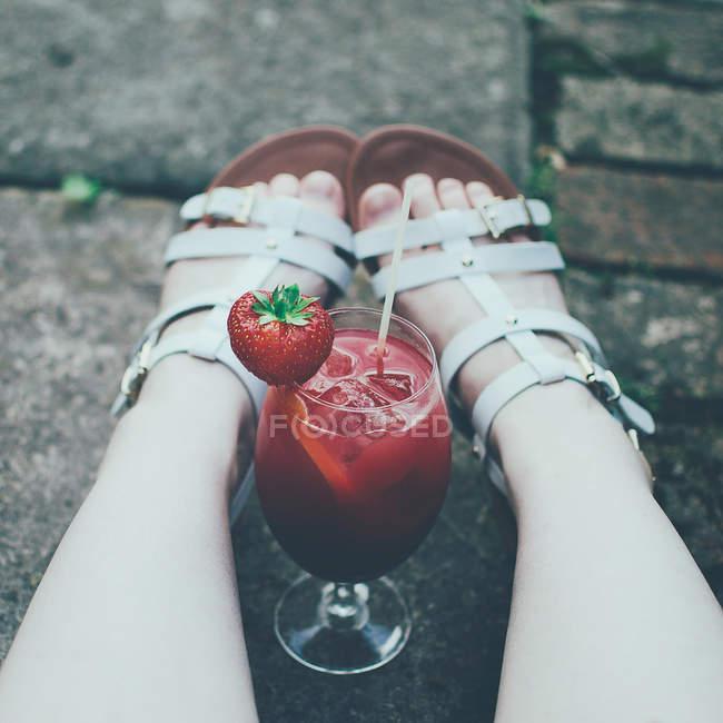 Куповані образ жінки на вечірці з червоним коктейль і свіжої полуниці влітку — стокове фото