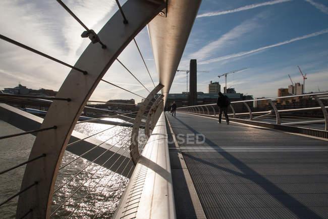Vista panorámica a lo largo del puente del Milenio, Londres, Reino Unido - foto de stock