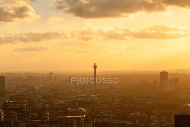 Городской пейзаж с Лондонская Телебашня на закате, Лондон, Великобритания — стоковое фото