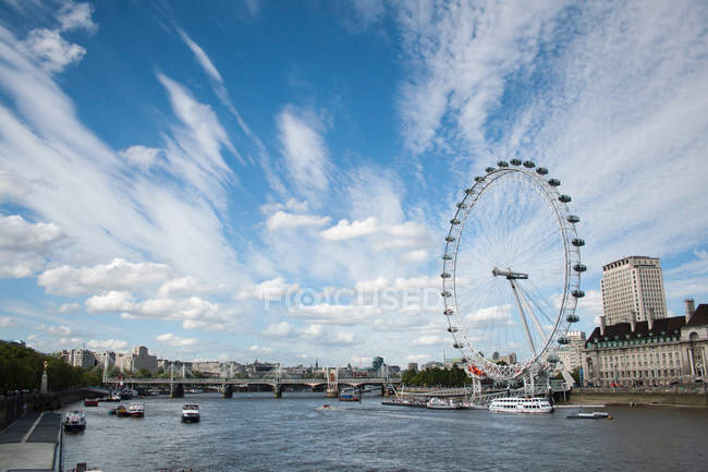 Regno Unito, Inghilterra, Londra, London Eye, visto dal fiume Tamigi — Foto stock