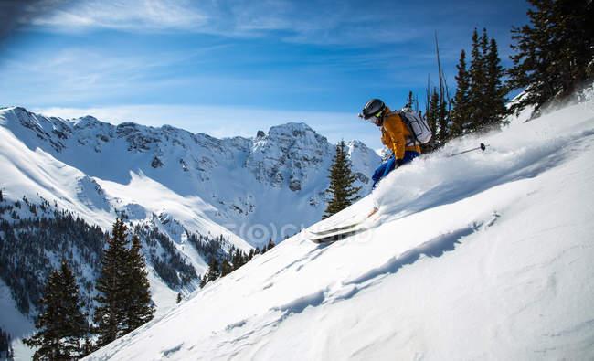 Homme ski en poudreuse — Photo de stock