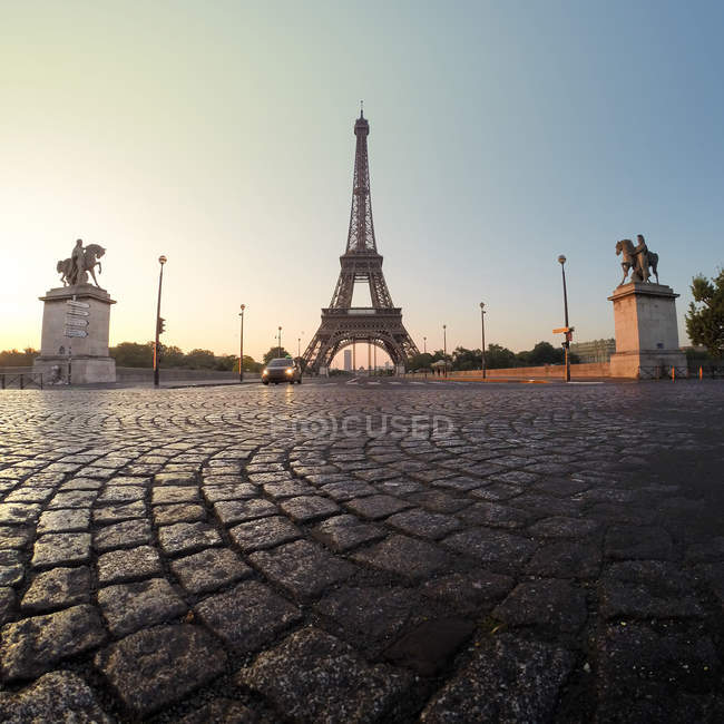Views of Eiffel Tower at dawn — Stock Photo