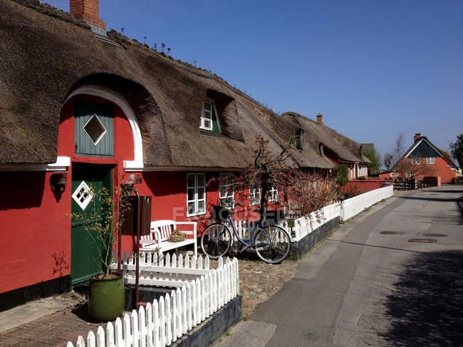 Malerische Aussicht auf traditionellen strohgedeckten Cottages, Fanø, Dänemark — Stockfoto
