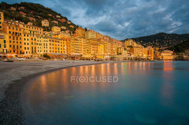 Italien, Ligurien, Genua, Camogli, Waterfront mit elektrischem Licht im Wasser reflektiert — Stockfoto