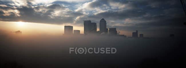 Malerische Aussicht auf ungewöhnliche Wetter rund um Canary Wharf, London, Uk — Stockfoto
