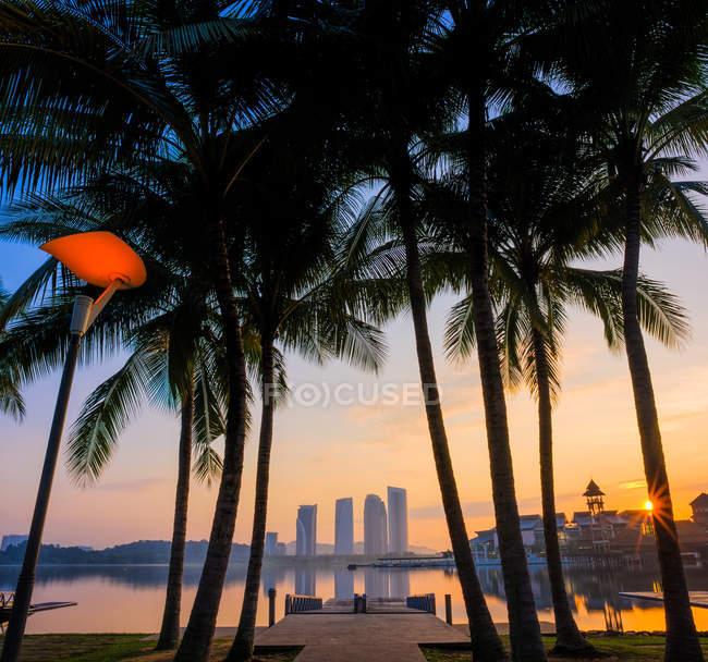 Malaysia, Putrajaya, Pullman, vista panoramica di alba al molo sul lago — Foto stock