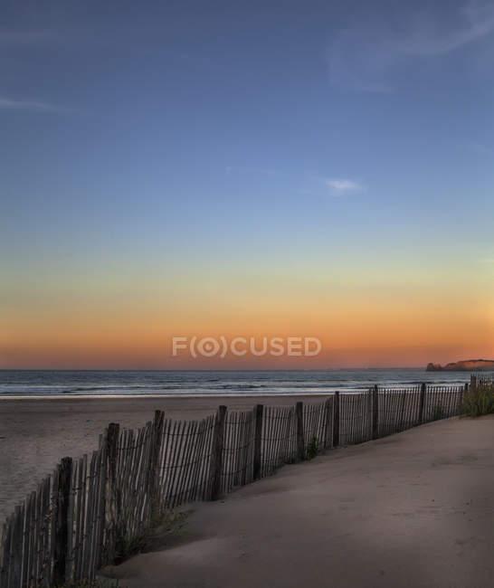 Malerische Aussicht auf leeren Strand bei Sonnenuntergang, Hendaya, Aquitaine, Frankreich — Stockfoto