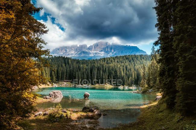 Bellissimo paesaggio montano, lago azzurro, cielo nuvoloso — Foto stock