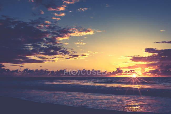 Beau coucher de soleil ciel et eau de mer — Photo de stock