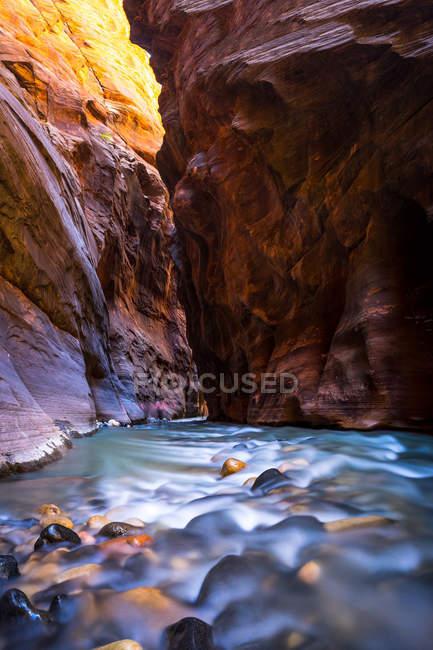 Lange Belichtung des Flussflusses in einer Schlucht mit Klippen — Stockfoto