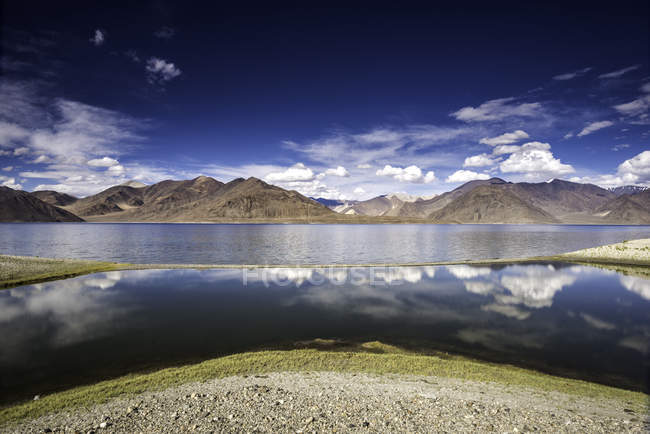 Scenic view of majestic lake landscape, Himalayas, India — Photo de stock