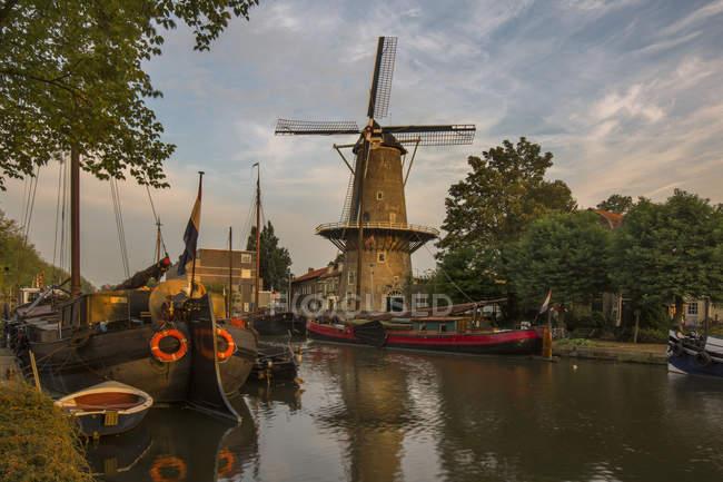 El molino de viento Red Lion a lo largo del canal Turfsingel en Gouda, Holanda Meridional, Holanda - foto de stock