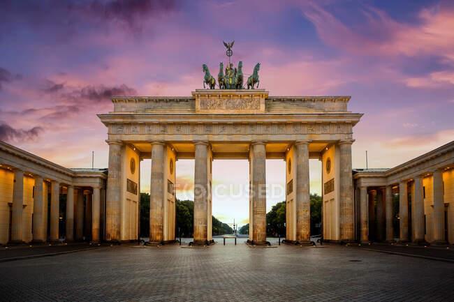 Brandenburg puerta en la noche, Berlín, Alemania. - foto de stock