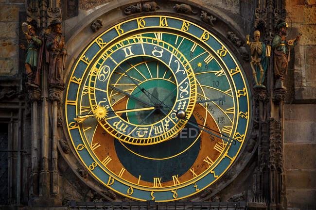Reloj en la plaza del mercado en Prague. República Checa. - foto de stock