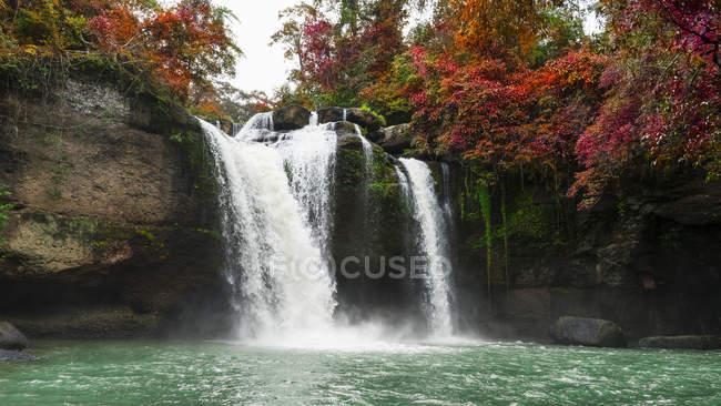 Красивый водопад в осеннем цветном лесу на водопаде Хау Суват в Национальном парке Кхао Яй, Таиланд — стоковое фото