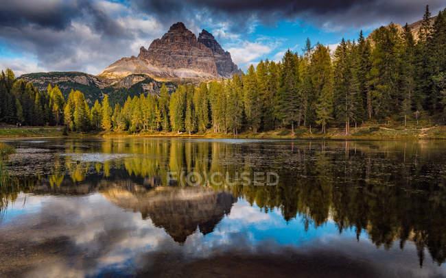 Vue panoramique sur l'Italie, Dolomites, Reflet des Trois Cimes dans le lac dAntorno — Photo de stock