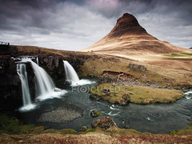 Живописный вид на водопад Kirkjufellsfoss, Исландия — стоковое фото
