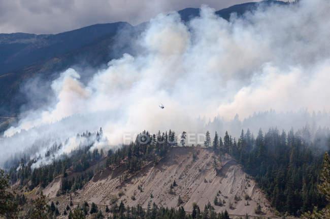 Hélicoptère survolant Forest Fire à Lytton , Colombie-Britannique, Canada — Photo de stock