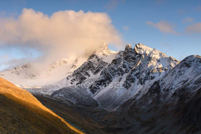 Живописный вид альпийских горных закат, Швейцария — стоковое фото