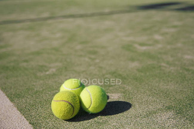 Vista de cierre de las bolas de tenis en una cancha de tenis - foto de stock