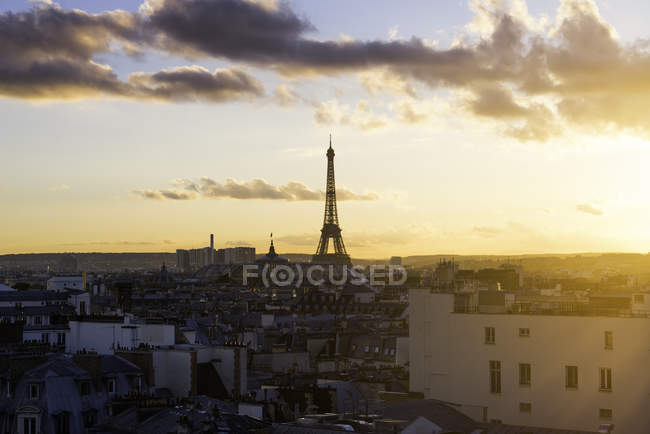 Eiffel Tower and city skyline at sunset, Paris, France — Stock Photo