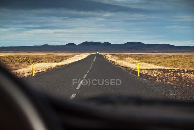 Вид на дорозі з всередині автомобіля, Ісландія — стокове фото