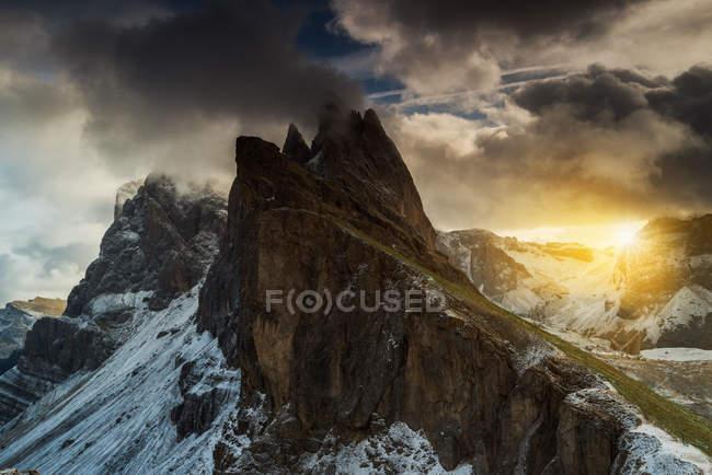 Мальовничий вид на величні Mt Odle, Доломітові Альпи, Італія — стокове фото