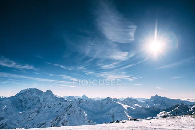 Живописный вид на горный пейзаж зимой, Приэльбрусье, Кабардино-Балкарская Республика, Россия — стоковое фото