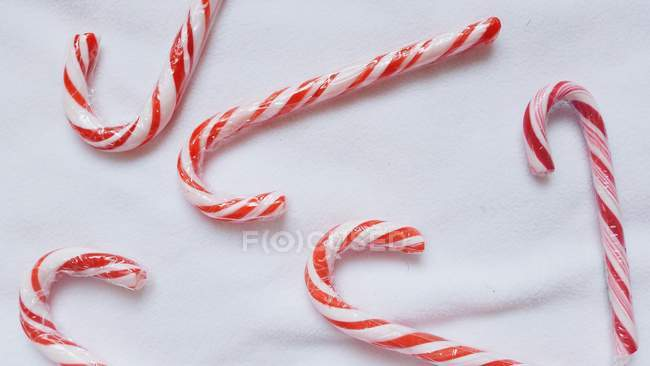 Vue rapprochée de cannes de bonbons sur fond blanc — Photo de stock
