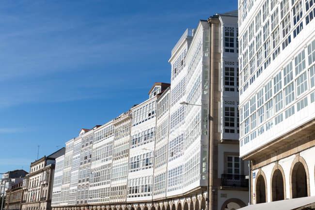 Edifici storici sul lungomare con balconi in legno bianchi, in galizia, Spagna — Foto stock