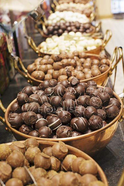 Auswahl an Pralinen und Trüffeln in Schalen — Stockfoto