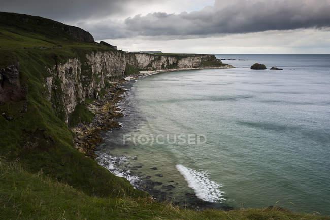 Живописный вид на скалы Carrick-A-Rede, Ballintoy, Северная Ирландия, Великобритания — стоковое фото