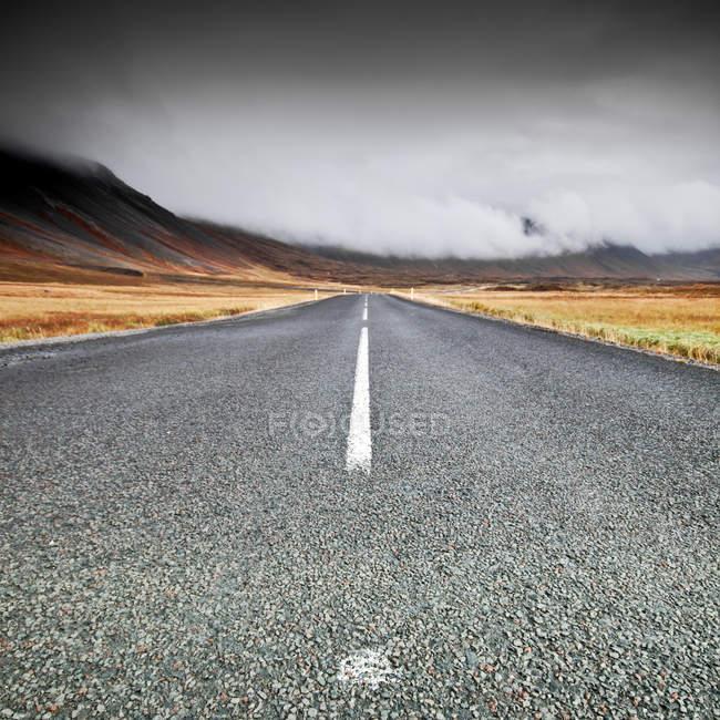Вид на ровную поверхность пустой прямой дороги, Исландия — стоковое фото
