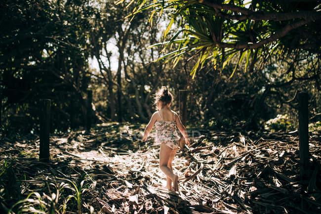 Jeune fille marchant à travers la brousse sablonneuse, Kingscliff, Nouvelle-Galles du Sud, Australie — Photo de stock