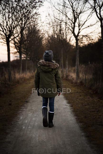 Mädchen zu Fuß auf Fußweg, Dänemark — Stockfoto