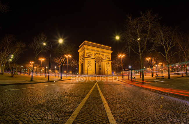 Scenic view of Arc de Triomphe at night, Paris, France — стоковое фото